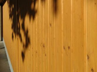 Een houten garagedeur in goede conditie houden